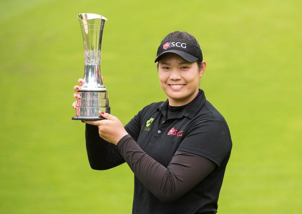 Ariya Jutanugarn avec le trophée du Women's British Open